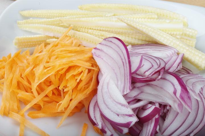 Вегетарианский салат с лапшой