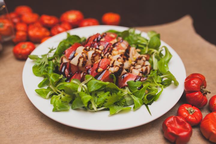 Легкий салат из груши с помидорами