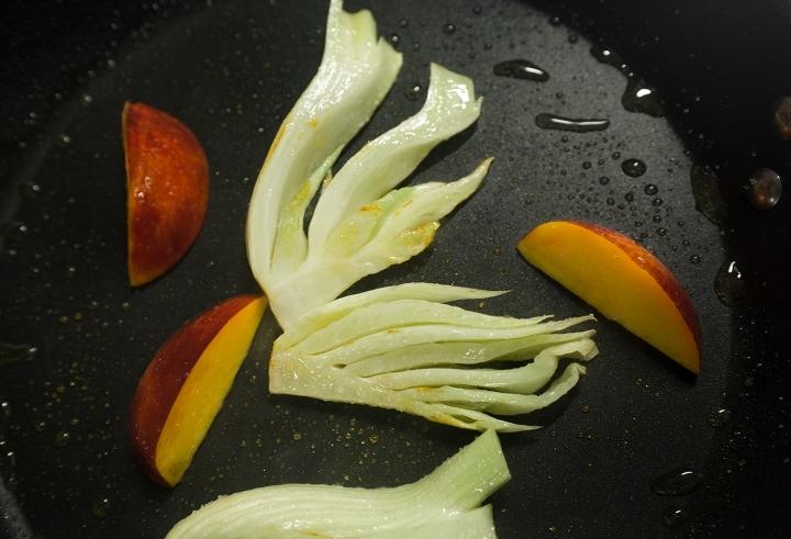 Филе дорадо с фенхелем и нектаринами