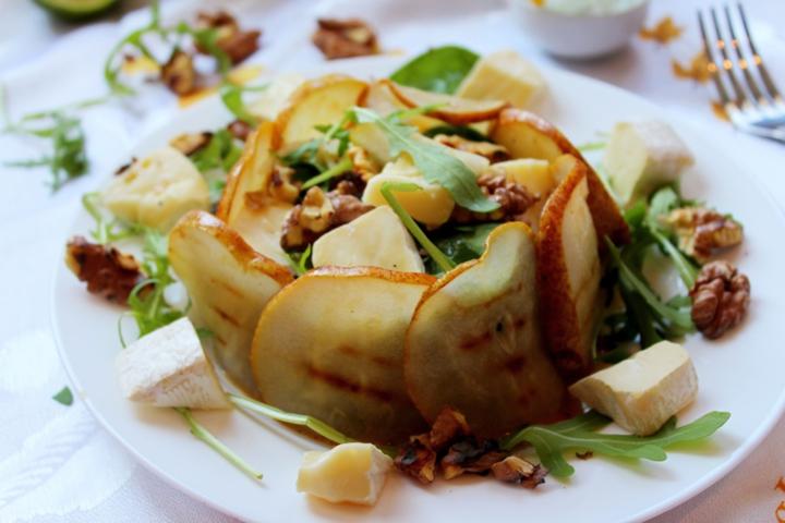 Салат с грушей и сыром камамбер