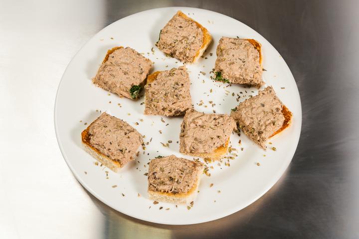 Открытый сэндвич с тунцом