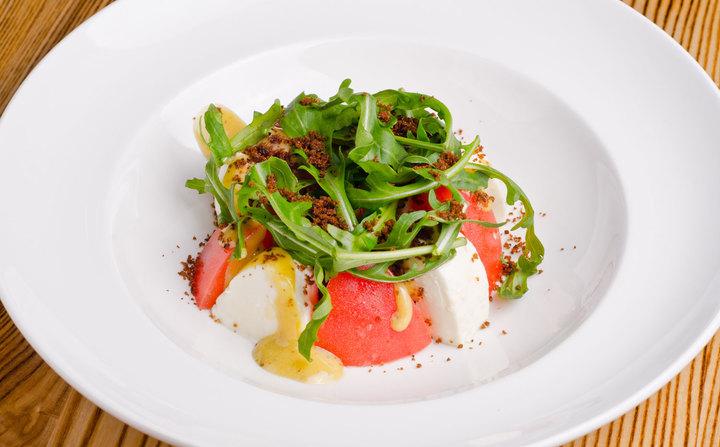 Салат c моцареллой и помидорами