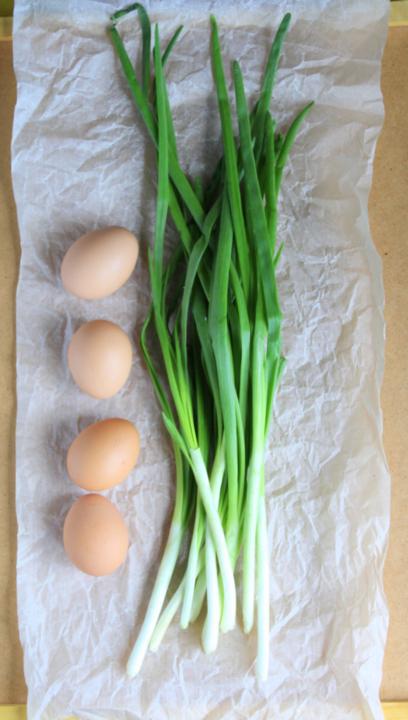 Дрожжевой рулет с луком и яйцом