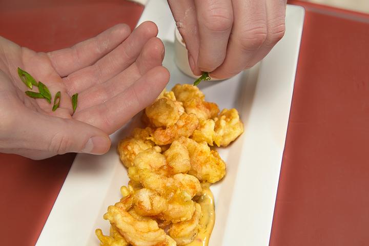 Хрустящие креветки с соусом