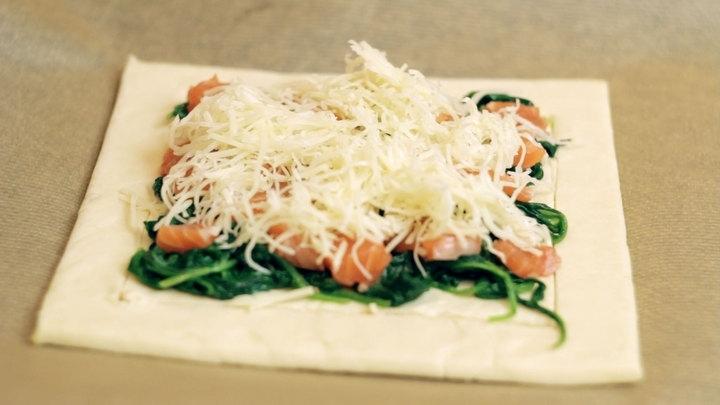 Слоеный пирог с форелью и шпинатом
