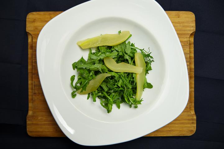 Салат-рокет с грушей и сыром