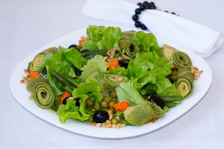 Овощной салат с зелеными блинчиками