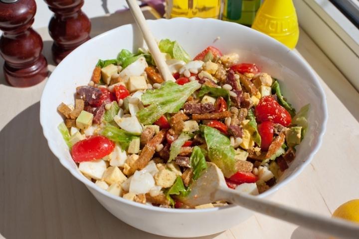 Летний салат с колбасой