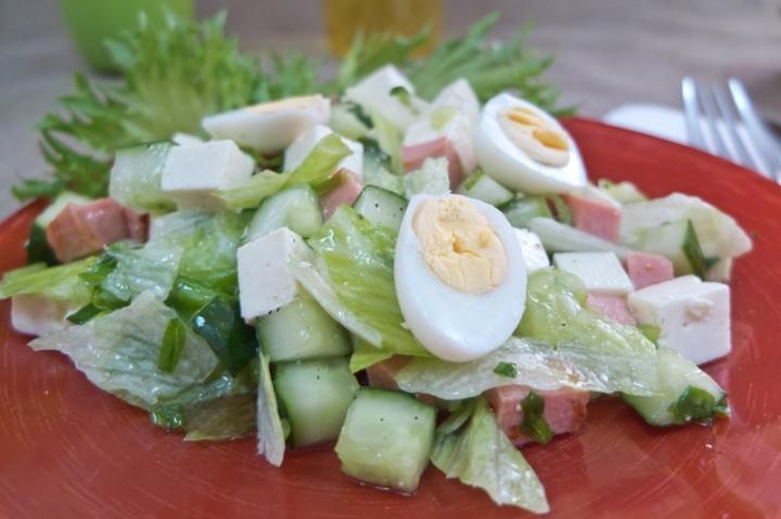 Салат с жареной колбасой и яйцом
