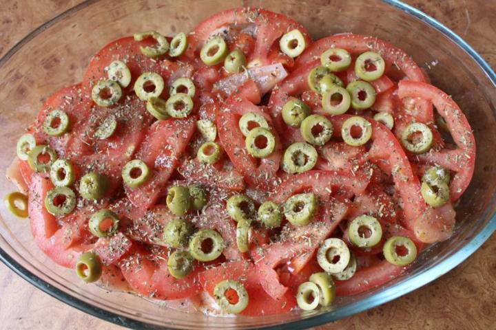 Куриное филе с помидорами и оливками