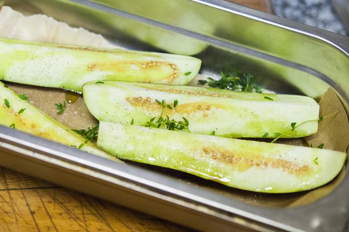 Салат с печеными баклажанами и козьим сыром