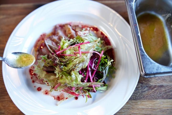 Салат с уткой и печеной свеклой