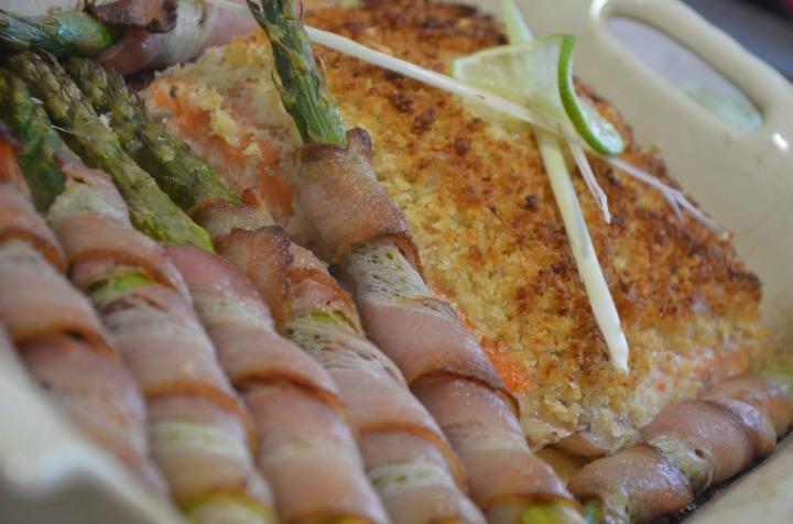 Филе семги со спаржей и соусом