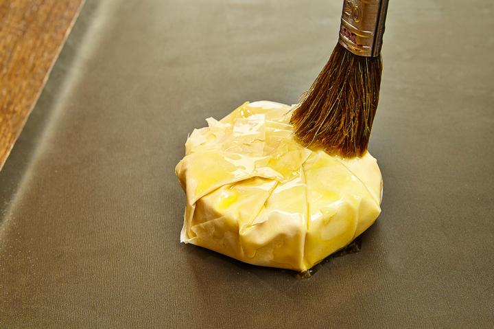 Салат с сыром бри