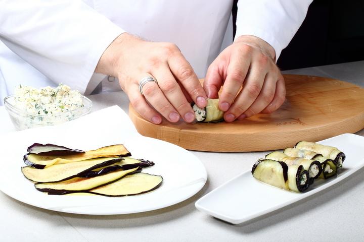 Рулетики из баклажанов с сырным кремом