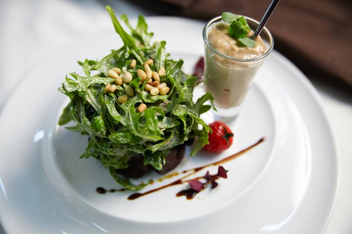Салат с куриной печенью и рукколой