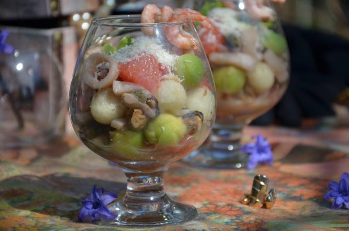 Салат с морским коктейлем