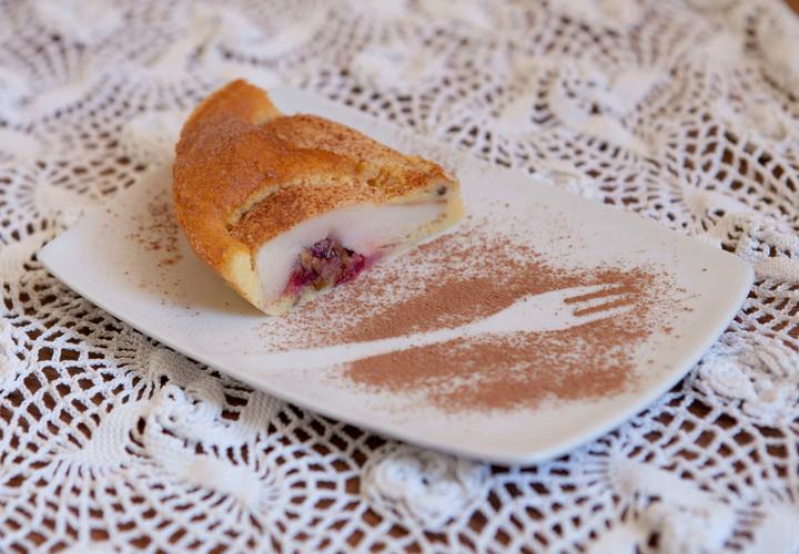 Пирог с грушами и брусникой