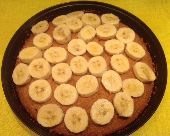 Кукурузный пирог с фруктами и орехами