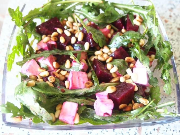 Салат с печеной свеклой и рукколой