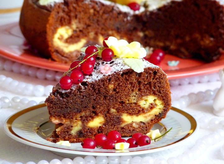 Шоколадно-творожный пирог с черешней