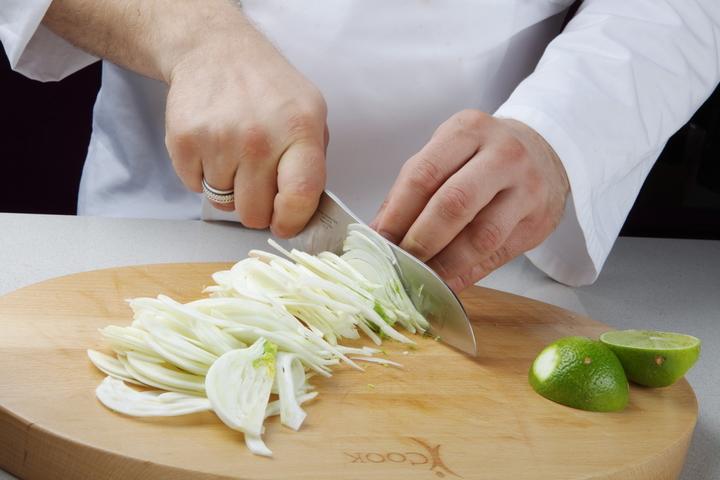 Жареная корюшка с салатом из фенхеля