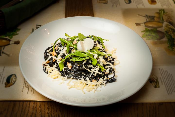 Черные спагетти с лососем