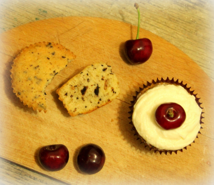 Орехово-шоколадные кексы с черешней