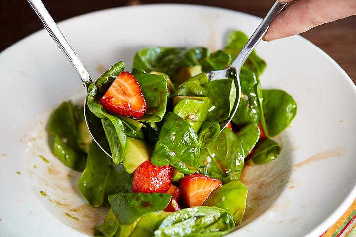 Салат с клубникой и авокадо