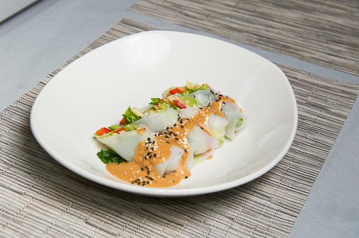Спринг-роллы с овощами и соусом