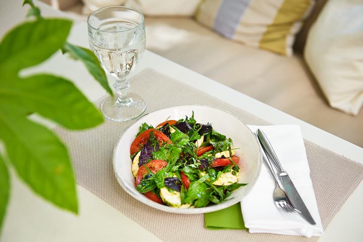 Салат из томатов с сыром и зеленью