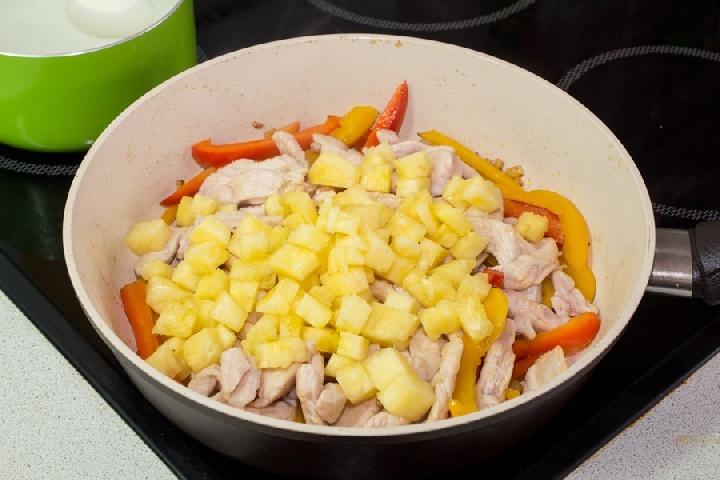 Курица со сладким перцем и ананасом