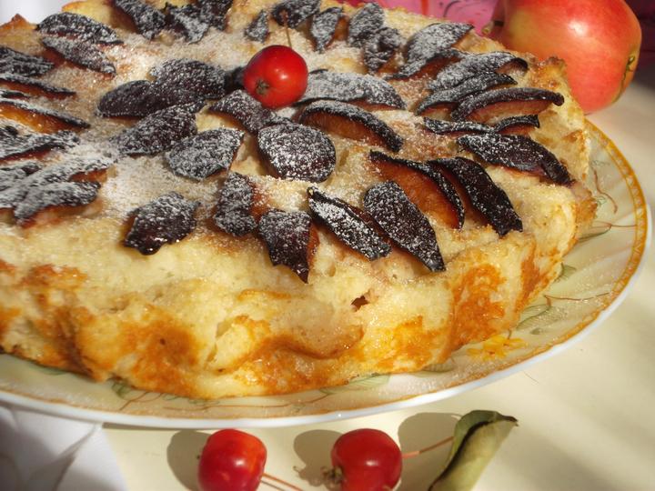 Сладкая запеканка с яблоками и сливами