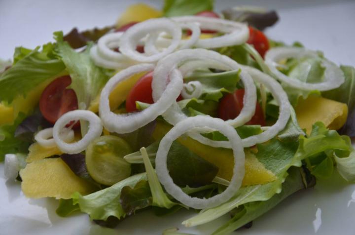 Сэндвич с яйцом-пашот и салатом