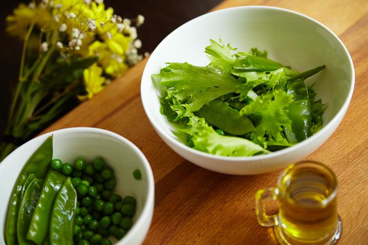 Филе трески с соусом и зеленым салатом