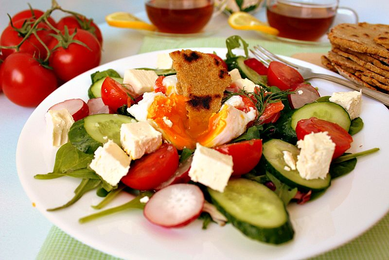Яйцо с овощами и лепешками