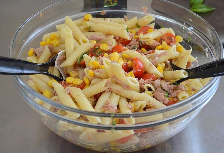 Холодный салат с пастой и тунцом