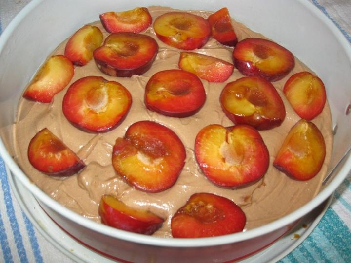 Шоколадный сливовый пирог