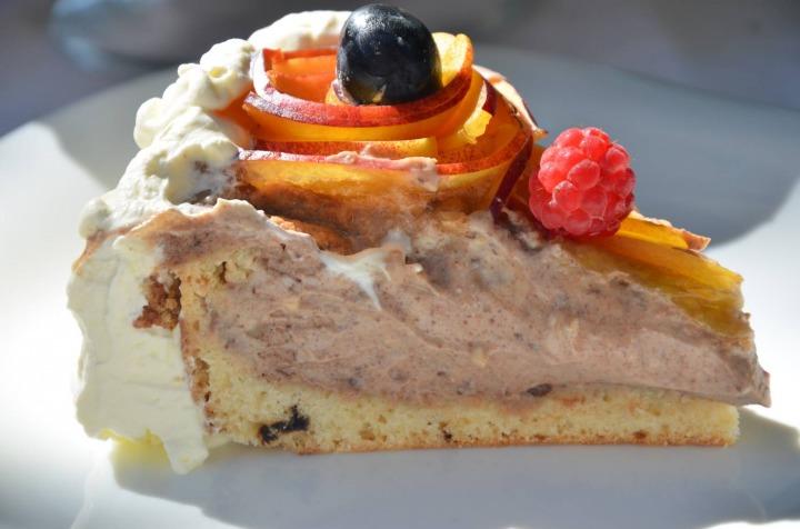 Шоколадный чизкейк с фруктами