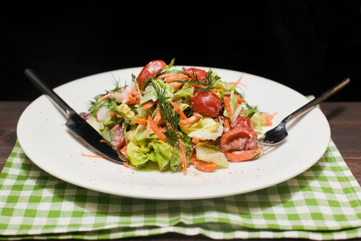 Легкий салат с йогуртовым соусом