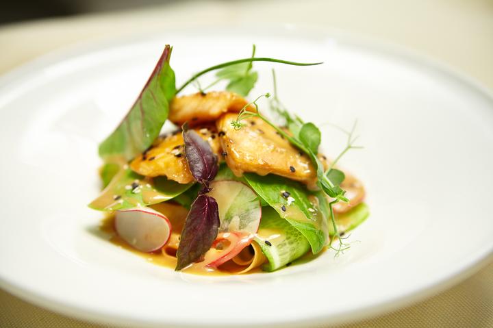 Салат с теплым лососем и кунжутным соусом