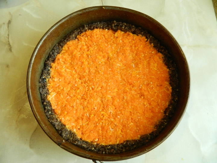 Сыроедческий морковный торт
