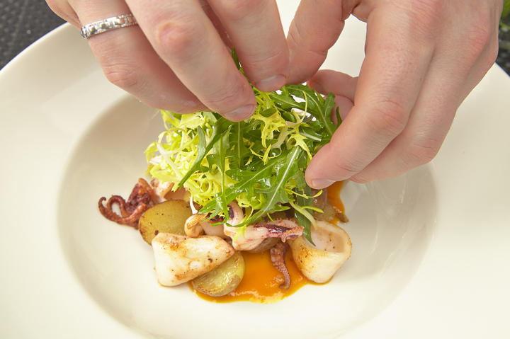 Теплый салат с мини-кальмарами