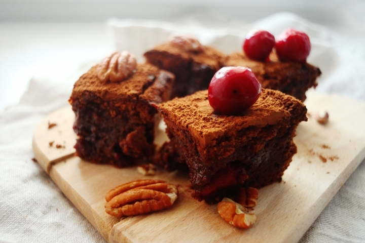 Брауни с вишней и орехами