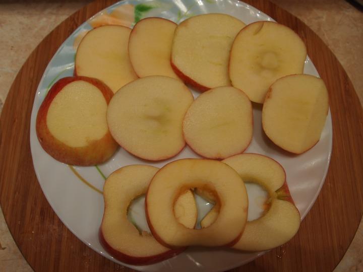 Яблочные колечки в шоколадном кляре