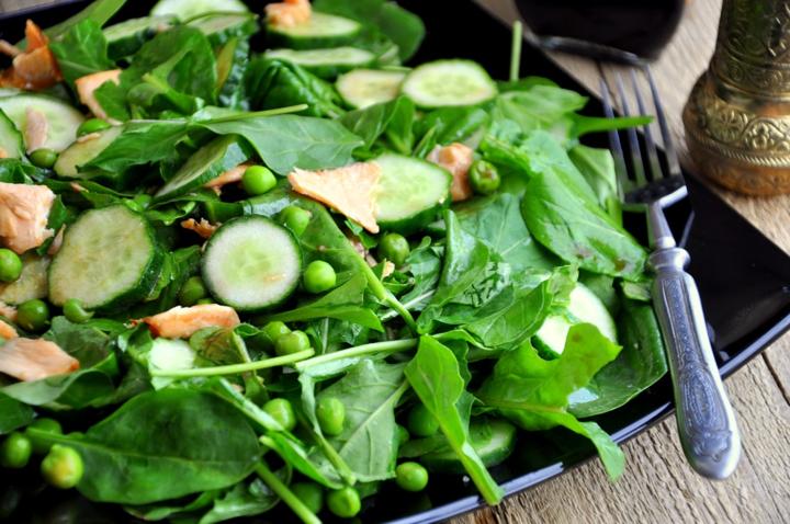 Зеленый салат с огурцами и горошком