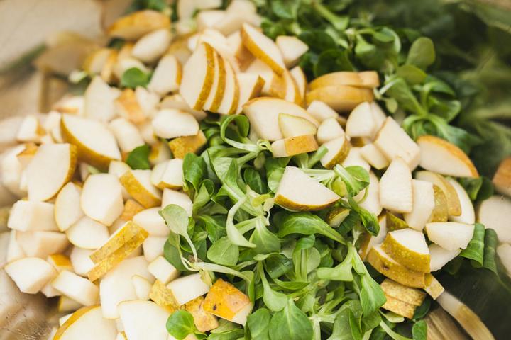 Листовой салат с грушей и сыром