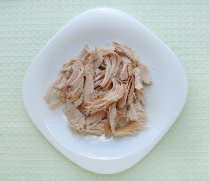 Салат с вишней и йогуртовым соусом