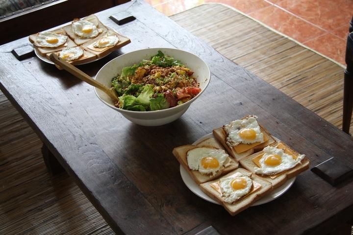 Салат с салями, авокадо и манго
