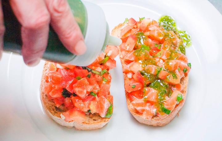 Брускетта с лососем и томатами